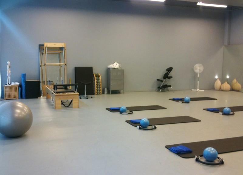 studio met reformer, massagestoel en matten